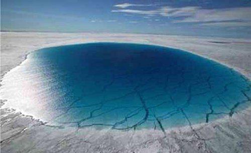 Poche d'eau formée sur la glace