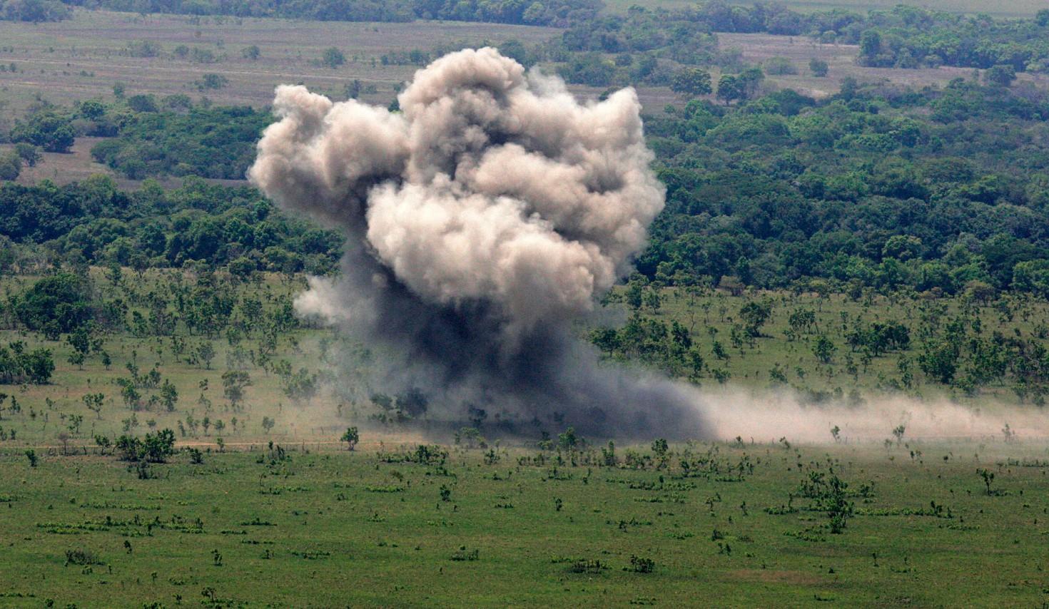 En mars 2008, l'armée vénézuélienne bombarde une piste clandestine utilisée par les narco-trafiquants (©Reuters)