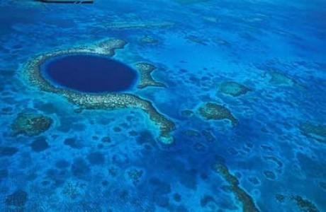 Un trou bleu en eaux peu profondes