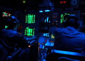 Des techniciens sonar à bord de l'USS The Sullivans (Photo: U.S. Navy photo by Mass Communication Specialist 2nd Class Sunday Williams/Released)image  : 45enord.ca