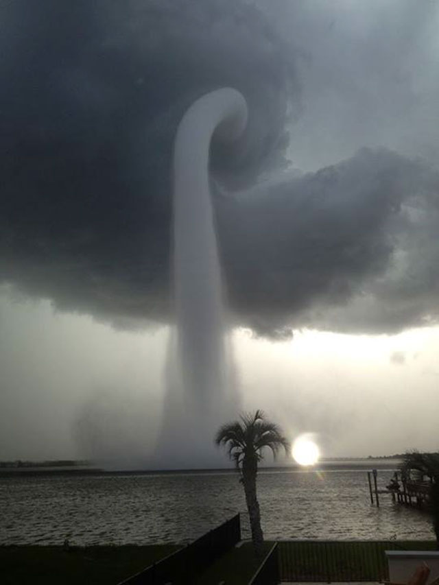 Trombe marine sur la Floride Image Crédit & Copyright: Joey Mole