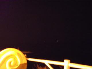 Sur cette photo, avec un grossissement maximum vréifiez les lumières  qui sont légèrement au-dessus de la ligne de la mer. Source image: ufoportugal.blogspot.fr/