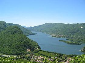Vue sur le lac depuis le belvédère des falaises de Chancia. image source: http://fr.wikipedia.org/