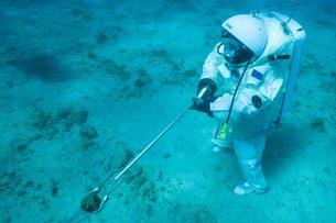 Récolte sous-marine d'échantillons Crédit: esa