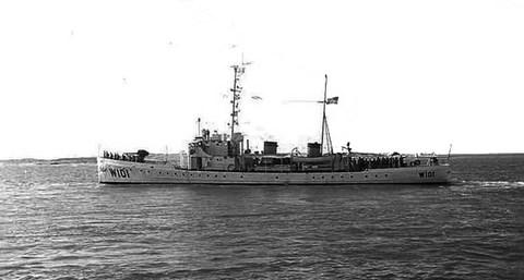 United States Coast Guard Cutter Ariadne, basé à St. Petersburg, en Floride, en patrouille dans le détroit de Floride, automne 1965, est un exemple du type de navire sur lequel le marin se trouvait durant l'observation.  (Crédit : Wikimedia Commons)
