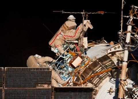 Les cosmonautes russes Alexander Skvortsov (à droite) et Oleg Artemiev (Crédit: NASA/STSCI).