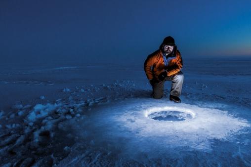 L'astrobiologiste Kevin Hand se prépare à larguer un rover sous la glace d'un lac d'Alaska. Quand une sonde atteindra Europe, elle profitera de ces tests dans sa quête du vivant. La Nasa conçoit un lanceur lourd qui, selon Hand, permettra « d'atteindre très rapidement Jupiter ou Europe ». © Mark Thiessen