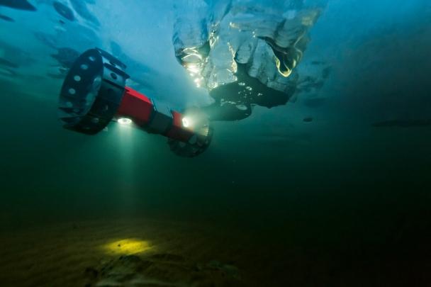 Un rover amphibie évolue sous la glace du lac Sukok, lors d'un test en Alaska. Des bulles de méthane et d'autres composés témoignent que la vie est présente dans ces eaux. © Mark Thiessen