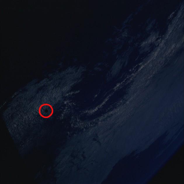 Un OVNI monstrueux, d'un diamètre de 8 km environ, aurait été identifié sur une photo prise par les satellites de la NASA. Aucune explication probante n'a encore été fournie. (2/6)