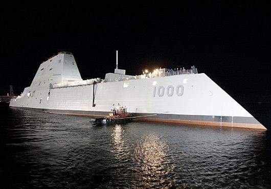 L'USS Zumwalt, la nuit de son lancement du 28 au 29 octobre 2013. Crédit photo:egaliteetreconciliation.fr
