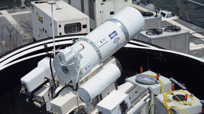 crédit : JOHN F WILLIAMS / US NAVY Légende de l'image L'arme laser Laws a été déployée pour des tests à bord d'un navire de la Marine américaine en 2014