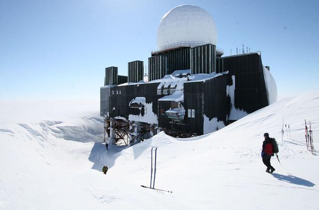 Photo de Dye-2 : Une base américaine désaffectée au Groenland crédit : misterzou74vtt.blogspot.fr/